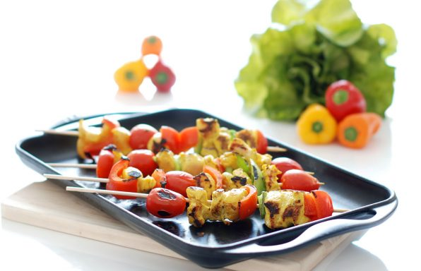 brocheta de pollo y tomates cherry