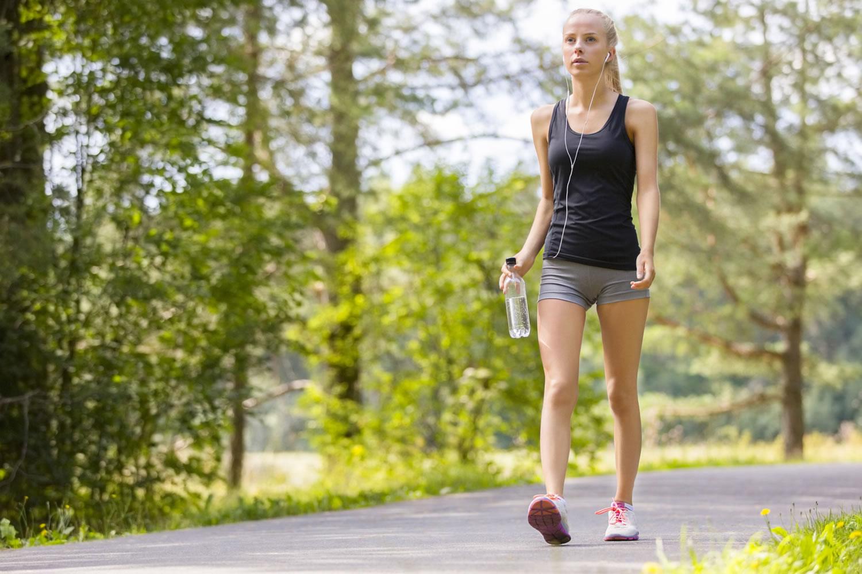 mujer caminando para adelgazar